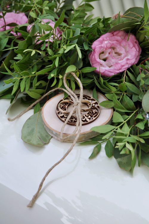 rustic wedding rustykalny ślub drewno wood juta dalie garden flowers dekoracja auta podstawka na obrączki perfect flowers infloral małgorzata Pawłowska